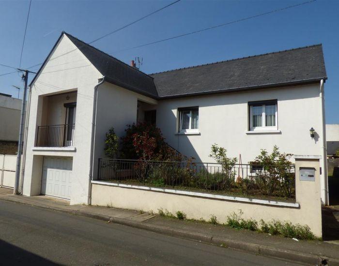 maison a acheter sablé avec jardin garage veranda et dependances.