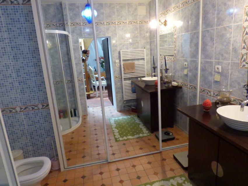 Salle d'eau de l'étage avec douche et W.C.