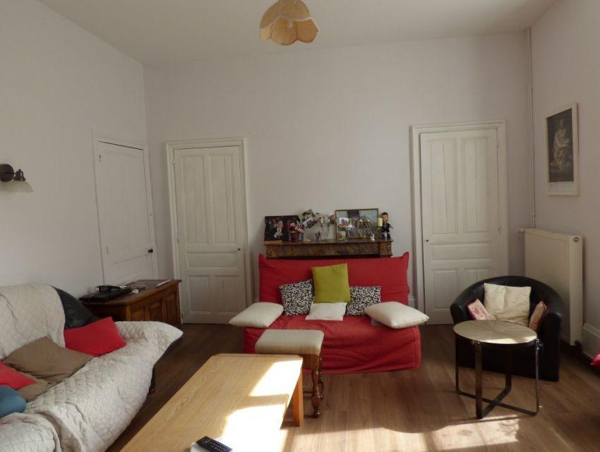 Maison de caractère: séjour, salon, cuisine aménagée, 4 chambres, dépendances 10 minutes Sablé sur Sarthe