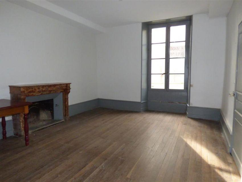 maison ancienne restaurer en plein centre ville de sabl sur sarthe 72300 maisons pavillons. Black Bedroom Furniture Sets. Home Design Ideas