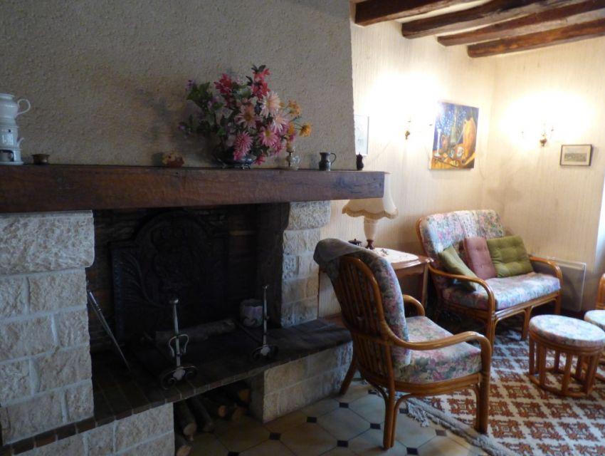 Maison de village, séjour avec cheminée, poutraison, carrelage grès à cabochons