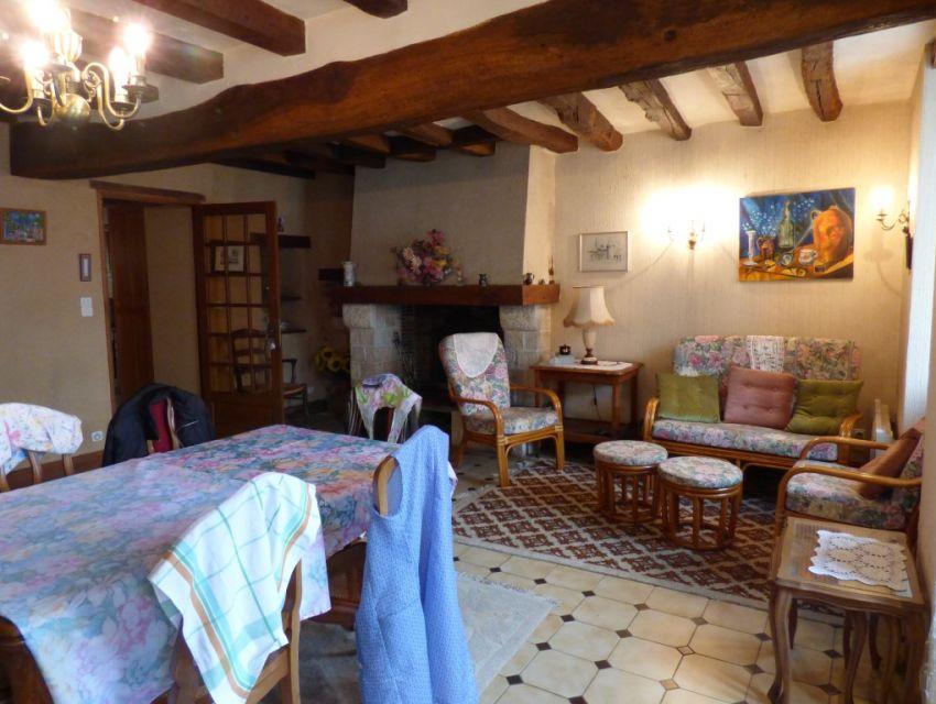 Maison villageoise, grand séjour avec cheminée à foyer ouvert, poutraison,carrelage grès à cabochons