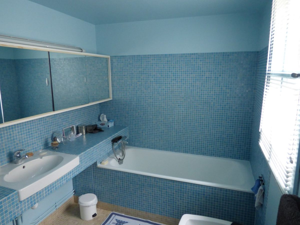 Beautiful emaux de briare salle de bains pictures for Combien de m2 pour une salle de bain
