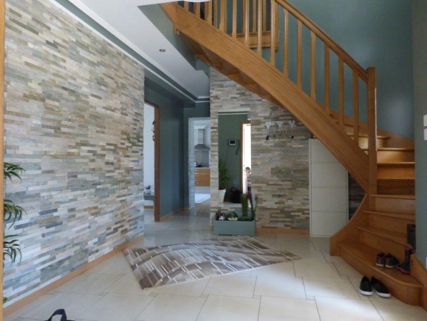 maison contemporaine a Sablé - hall d'entrée revêtus de pierres de parement mural