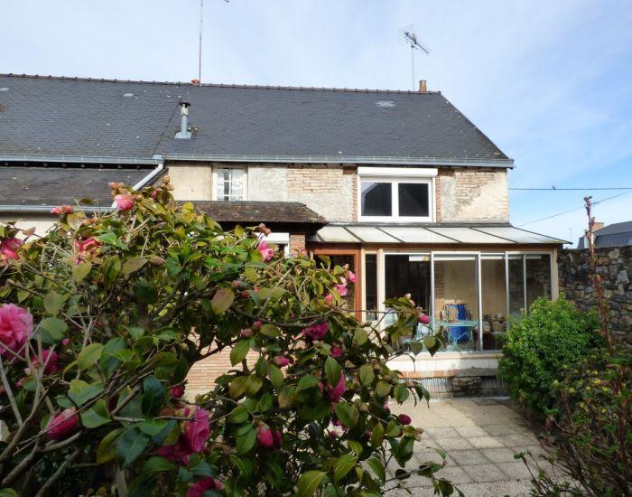 maison proche centre ville sablé sur sarthe, 2 chambres, jardin et garage et dépendance