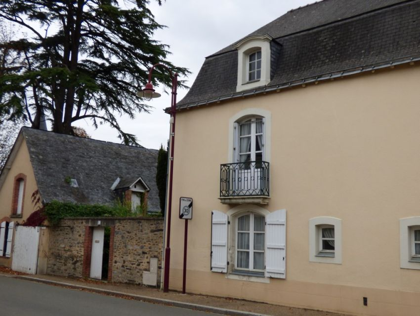 Maison de village en Mayenne, toît mansart, cheminée, poutraison, dépendance en pierre, jardin bord de rivière, proche Sablé-sur-Sarthe,