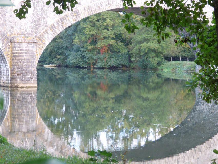 le pont enjambant la riviere Sarthe à Solesmes