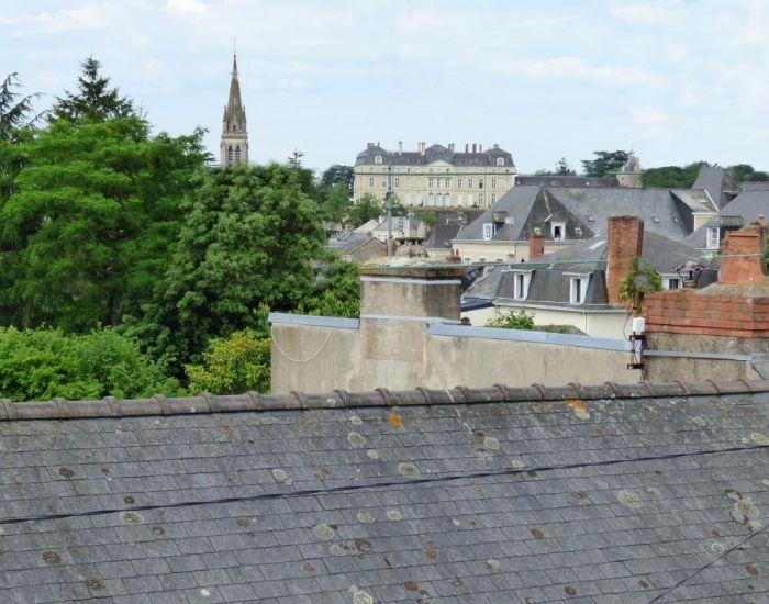 maison de ville avec vue sur le château de sablé