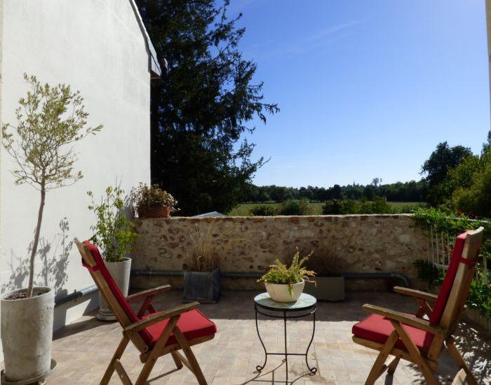 Propriété villageoise en bord de rivière Région Sablé sur Sarthe Maison ancienne restaurée, 4 pièces orincipales, jardin et garage