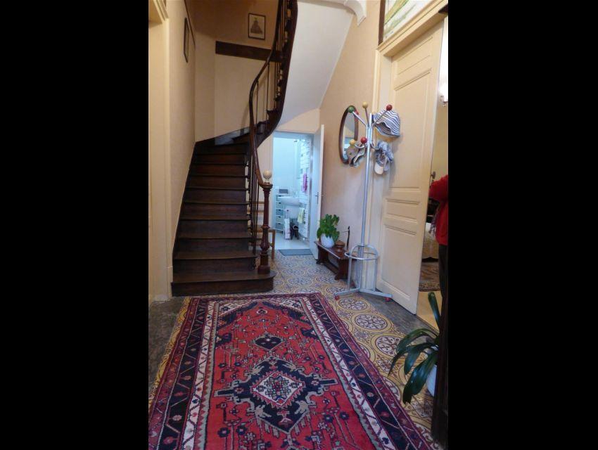 Entrée avec carrelage italien (ciment peint) et escalier vers l'étage.