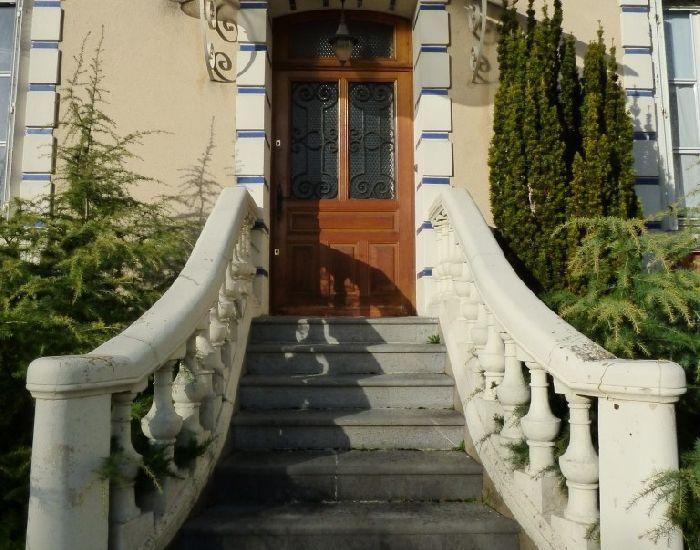 maison bourgeoise région de Sablé sur Sarthe - escalier d'accès avec balustres